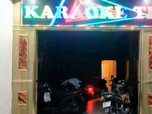 Chủ quán karaoke để 2 nữ tiếp viên khỏa thân phục vụ dân chơi đã bỏ trốn