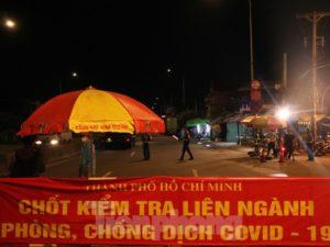 Hàng loạt tài xế phải quay đầu xe trong đêm khi qua chốt kiểm dịch cửa ngõ TPHCM