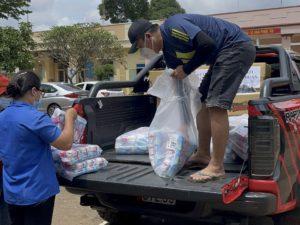 Hàng ngàn gói băng vệ sinh được nam giám đốc tặng cho phụ nữ ở điểm phong tỏa