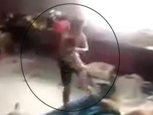 """Bé trai bị """"chồng hờ"""" của mẹ đánh đập dã man gây phẫn nộ"""