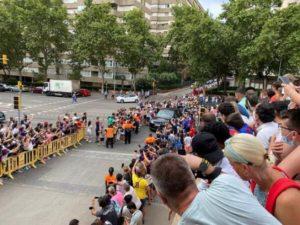 Cổ động viên Barcelona gào thét, chạy theo xe của Messi