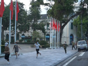 Bốn người tập thể dục quanh Hồ Gươm bị xử phạt 8 triệu đồng