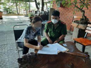 Bất chấp quy định, mở cửa giữa mùa dịch, khi địa phương đang áp dụng Chỉ thị 15, chủ một quán cà phê tại Quảng Bình đã bị xử phạt hành chính