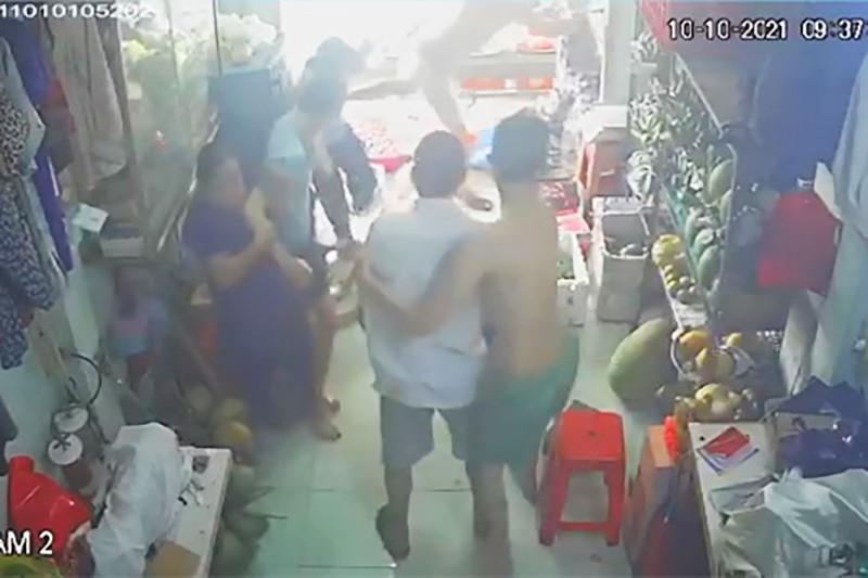 'Cả nhà tổ trưởng xông vào đánh người vì tiền trợ cấp' ở Tân Phú